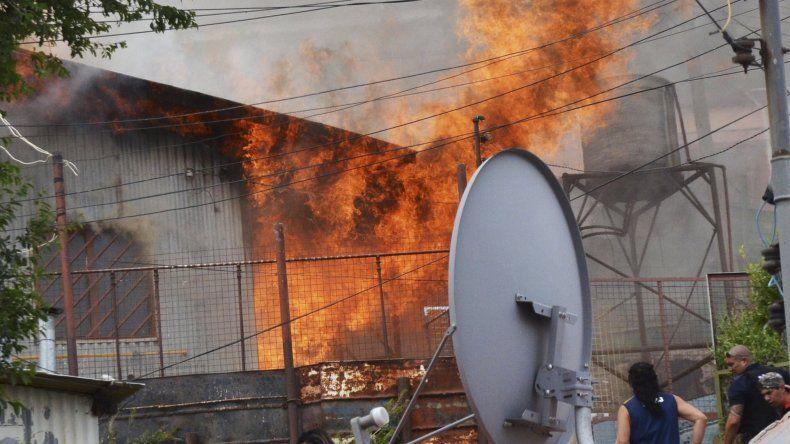 Las llamas consumieron la totalidad de una vivienda en el barrio Pietrobelli. Los bomberos tuvieron que trabajar arduamente debido a las condiciones del terreno.