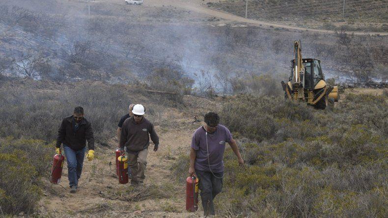 Operarios de diferentes empresas petroleras se sumaron a la tarea de los bomberos utilizando los matafuegos que habitualmente llevan en sus camionetas.