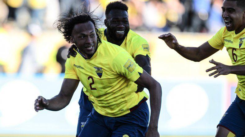 Arturo Mina festeja su gol con Cristian Novoa y Felipe Caicedo.