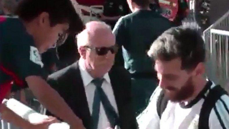 Mirá la reacción de un nene luego de que Messi le firmara la camiseta