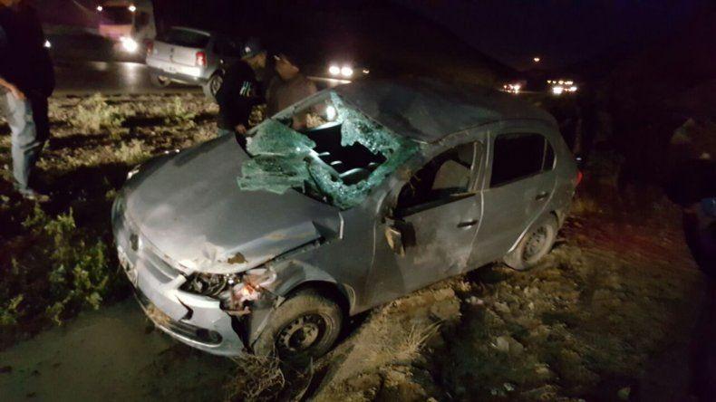 Derrapó y volcó con su auto sobre el camino Roque González