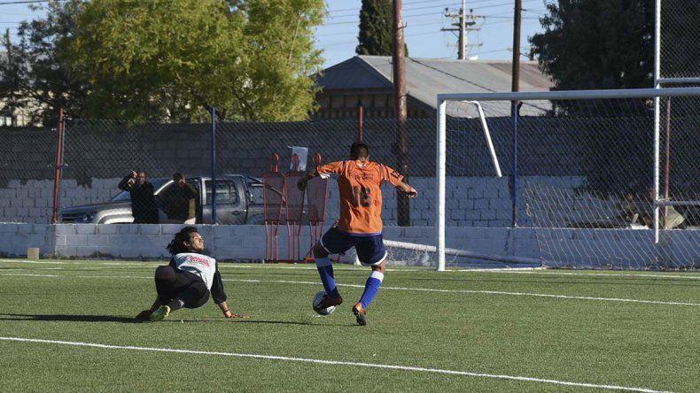 Matías Segura ingresó en el arranque del segundo tiempo y metió cuatro goles.