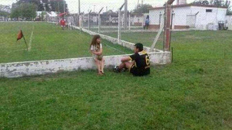 La nena descalza que hizo reflexionar a un jugador expulsado
