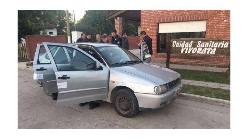 Un nene encontró un arma en el auto del papá y se disparó: está grave