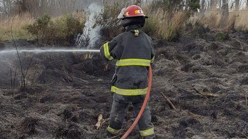Bombero de 21 años se accidentó en una práctica de incendio: está grave
