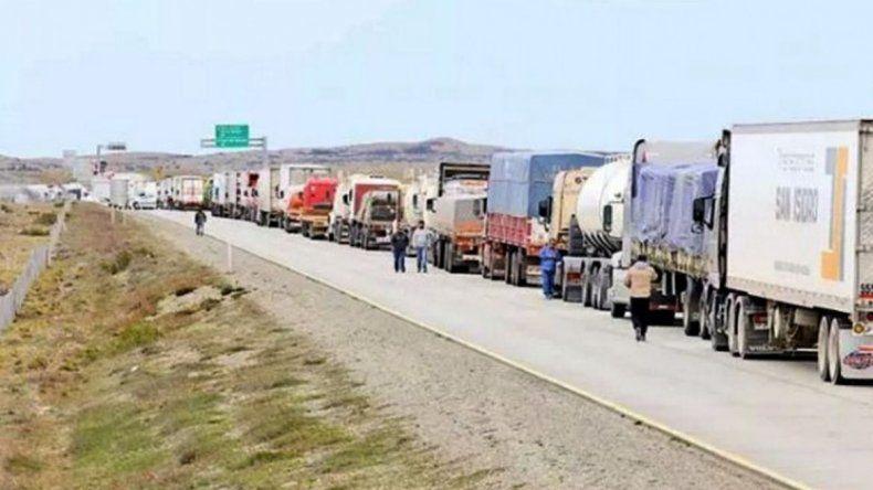 Camioneros chilenos bloquean acceso al país por denuncia de xenofobia
