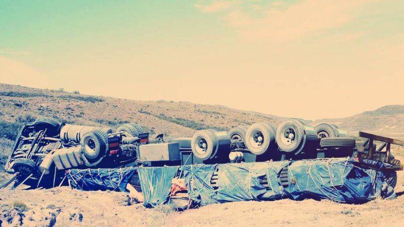 Un camión chileno que trasladaba hierros volcó camino a Comodoro