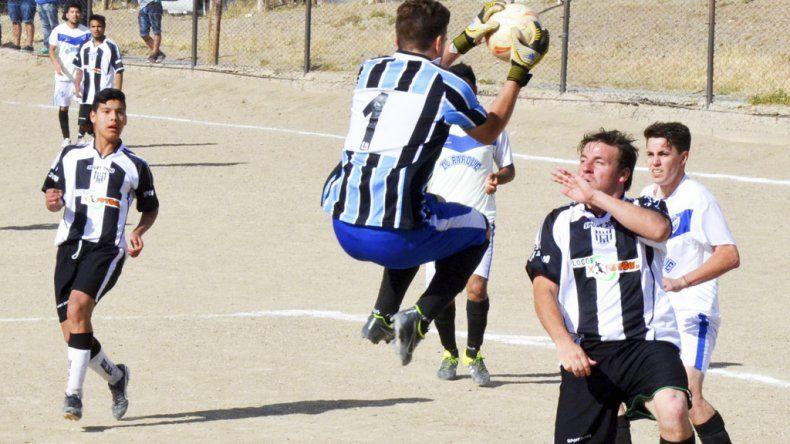 El arquero Facundo Rocha de General Saavedra se queda con el balón en el partido que terminó 1-1 con Nueva Generación.