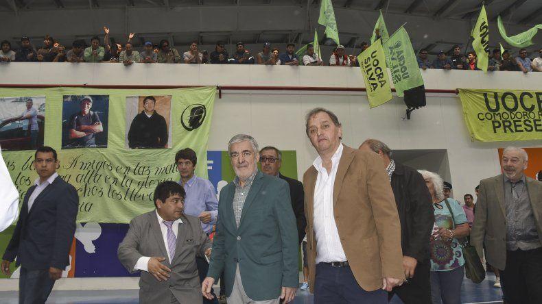 El gobernador Mario Das Neves junto al intendente Carlos Linares al participar ayer de la inauguración de un gimnasio en Comodoro Rivadavia.