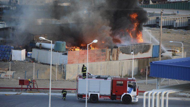 Las enormes llamaradas superaron la capacidad operativa de las dotaciones de bomberos. Hasta avanzada la noche