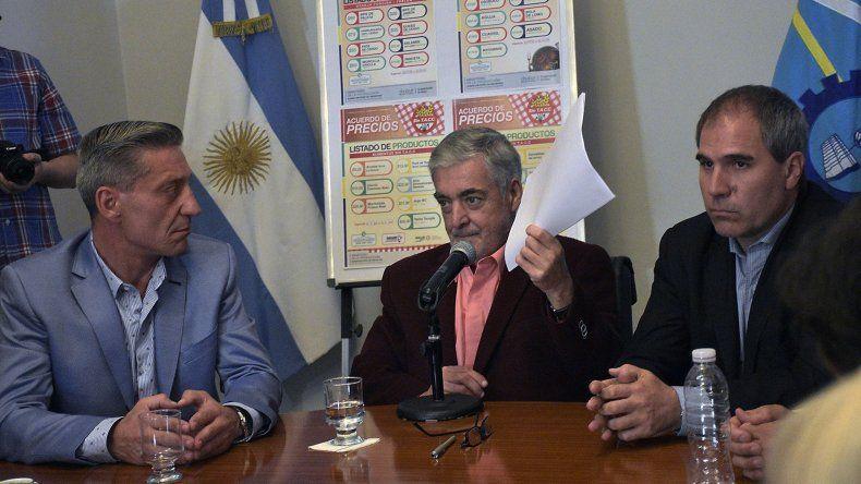 El vicegobernador Mariano Arcioni ayer junto al gobernador Mario Das Neves durante la firma del acuerdo de precios.