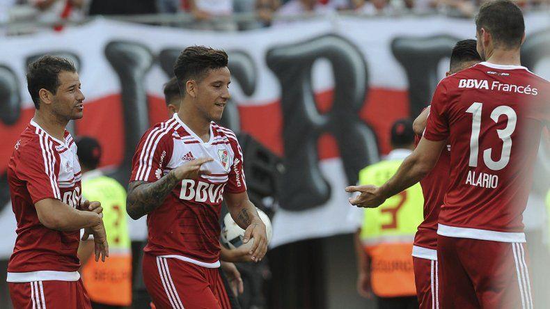 Sebastián Driussi festeja el gol con que River venció 1-0 a Huracán y vuelve a estar en carrera.