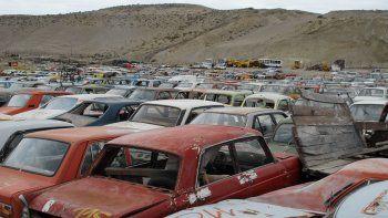 Viejos automóviles continúan acumulándose en el corralón municipal.