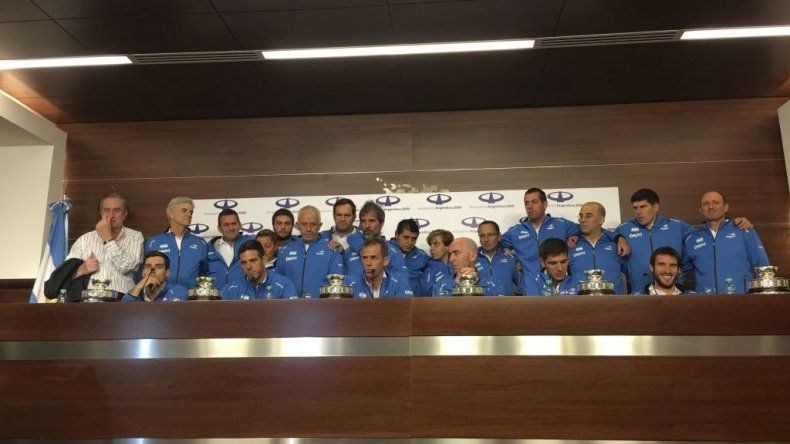 La delegación completa que trajo la copa.
