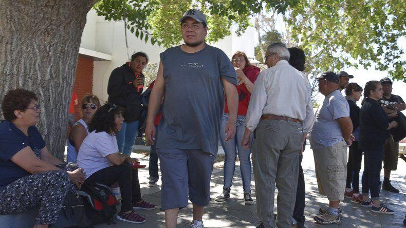 Un grupo de empleados municipales acudió a media mañana de ayer hasta el edificio central de la comuna para protestar por la demora en el pago de la totalidad de los sueldos de octubre.