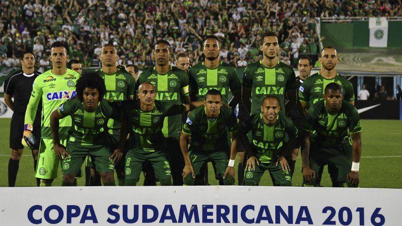El plantel de Chapecoense que iba a jugar esta misma noche en Colombia el partido más importante de su vida.