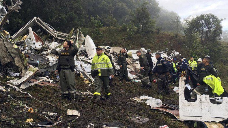 La policía y bomberos trabajando arduamente en la zona del desastre.