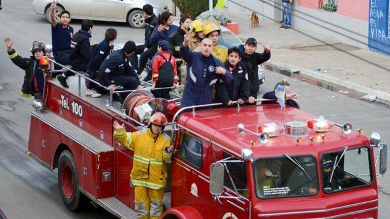 Aspirantes a bomberos recaudan fondos con venta de pizzas