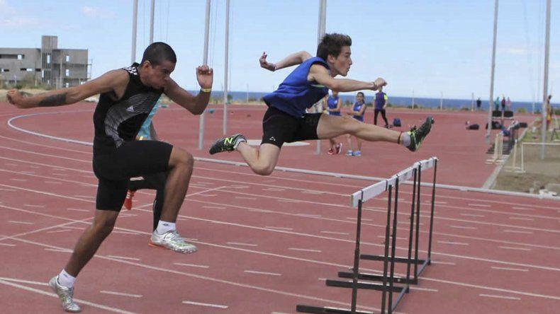 Gonzalo Wang cumplió una destacada actuación en los 110 metros con vallas y quedó a 2 décimas del récord provincial de Menores.