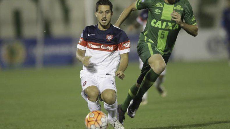 Sebastián Blanco en el último duelo con el Chapecoense en Brasil jugado por una de las semifinales de la Copa Sudamericana.