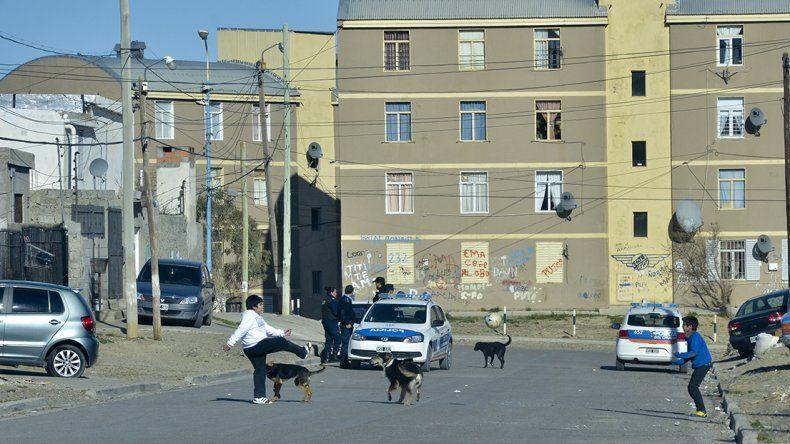 Altuna y Carrizo mantienen un enfrentamiento en esta parte del barrio Quirno Costa