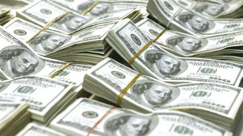 Preocupación en el Gobierno por aumento del dólar y del riesgo país.