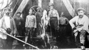 Los primeros trabajadores petroleros eran en su mayoría inmigrantes de Europa, pero sus ideas políticas resultaban contrapuestas para los intereses de YPF que los reemplazó en forma paulatina por trabajadores procedentes del norte del país.