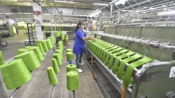 Das Neves entregó aporte para compra  de maquinaria a la Textil de Dolavon