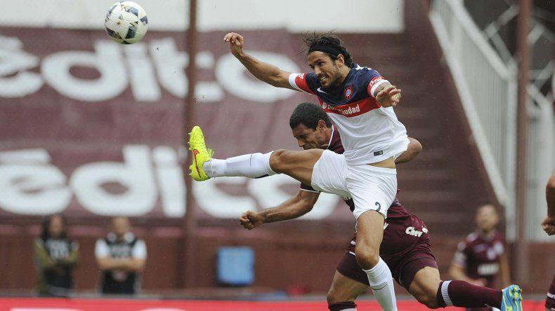 Marcos Angeleri le gana en lo alto a José Sand en el partido que Lanús y San Lorenzo terminaron 2-2.