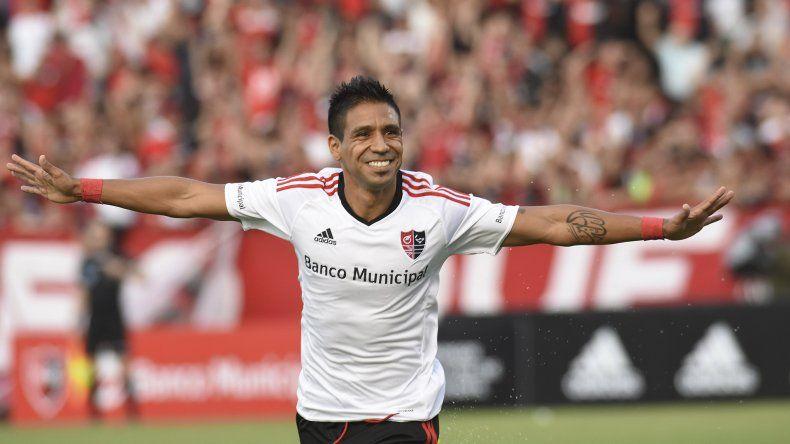 Víctor Figueroa festeja el segundo gol de Newells ayer en la holgada victoria ante San Martín.