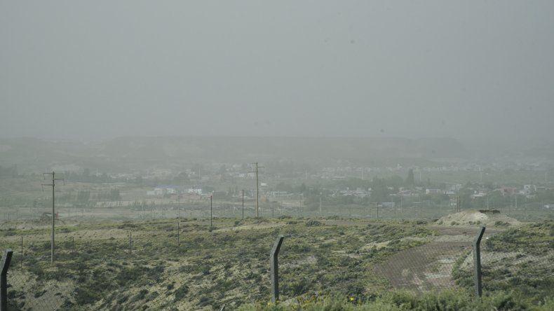 Cielo parcialmente nublado con polvo levantado por el viento