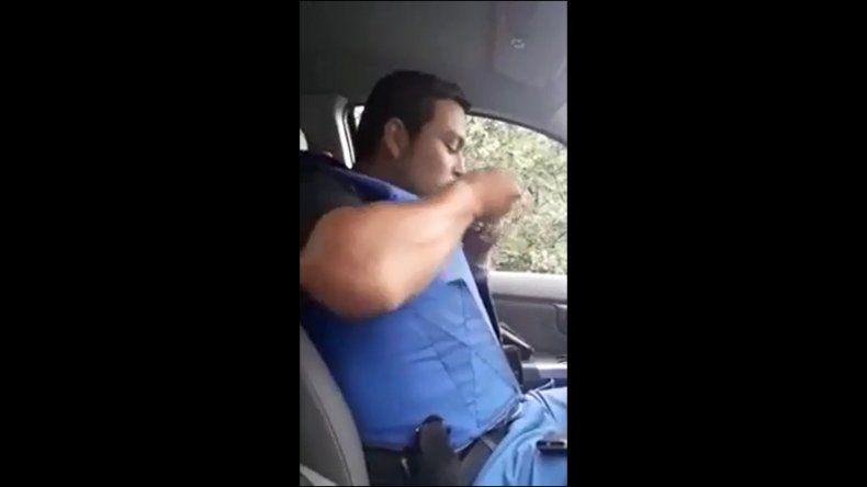 Policía toma cocaína en el patrullero