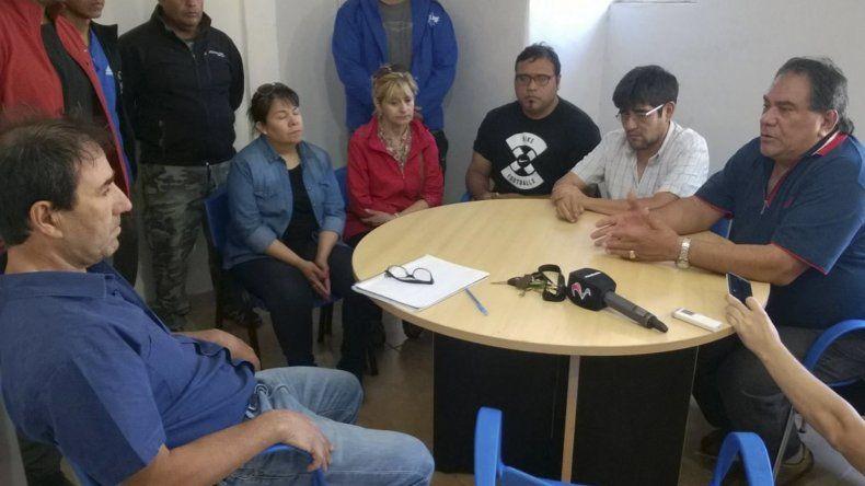 Walter Cifuentes –izquierda- escuchó los reclamos de los dirigentes del gremio municipal encabezados por Julián Carrizo.