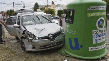 La conductora de un Renault Clio tuvo que ser hospitalizada luego de impactar contra un iglú de basura, tras haber tocado a un Volkswagen Cross Fox cuando circulaba por la avenida Alsina.