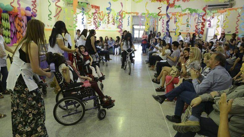 Dos alumnas se despidieron de la Escuela 514 en un acto que cerró el año lectivo y que contó con la presencia del intendente Carlos Linares.