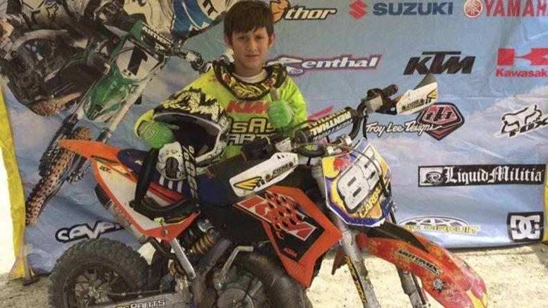 Tomás Carbajal con su moto y en su lugar en el mundo.