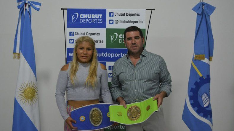 Liz Crespo con sus cinturones acompañada por Walter Ñonquepán de Chubut Deportes.