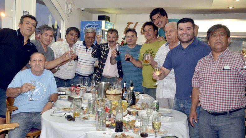 Parte de los integrantes de la autodenominada mesa oficial de amigos que el martes despidió el año con un brindis de invitación.