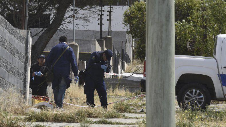 La Policía Científica recolecta evidencias en la casa de la avenida 13 de Diciembre