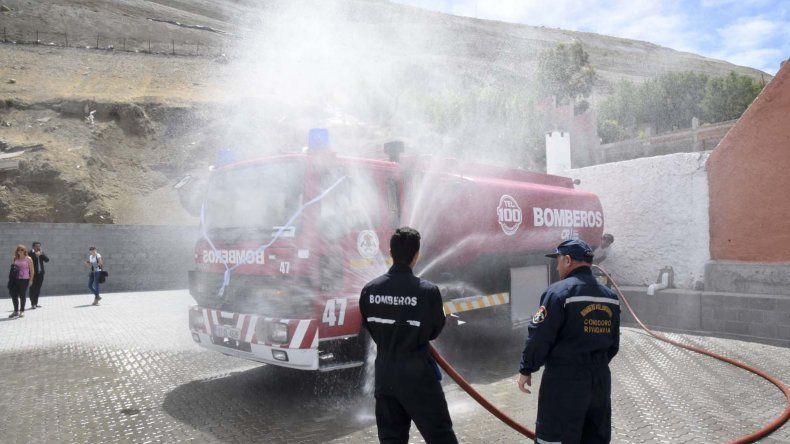 Bomberos recibió un camión  cisterna que donó el municipio