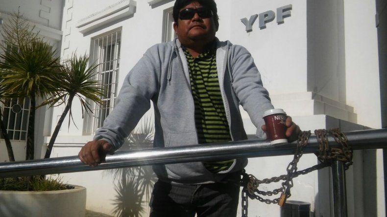 Se encadenó en la administración de YPF porque perdió el trabajo
