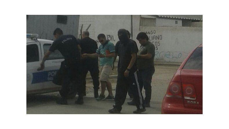 El momento en el que ayer a la mañana la Brigada de Investigaciones captura a Luján. El niño fue puesto en resguardo.