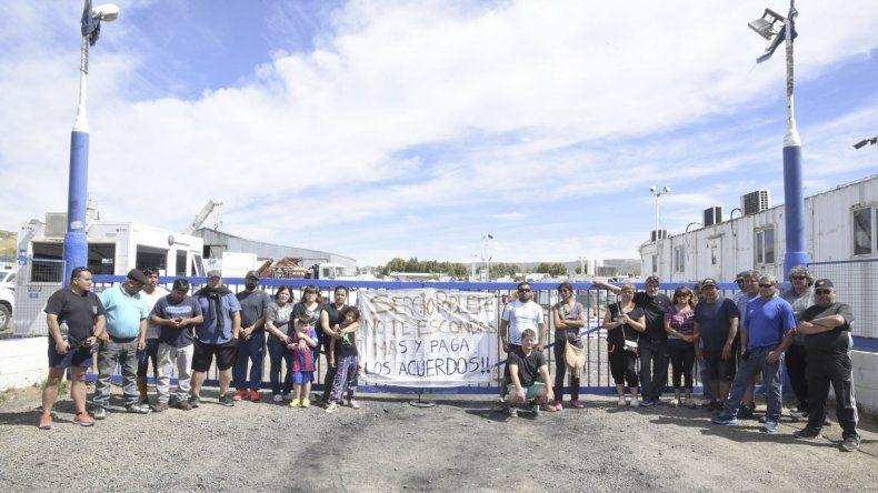 Las 16 familias que aceptaron el retiro voluntario en SP continúan manifestándose en las puertas de la empresa y podrían recibir Año Nuevo en el lugar.