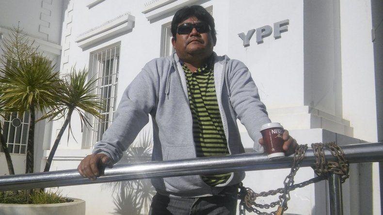 César Yáñez tiene 37 años y se encadenó ayer en las puertas de la administración de YPF