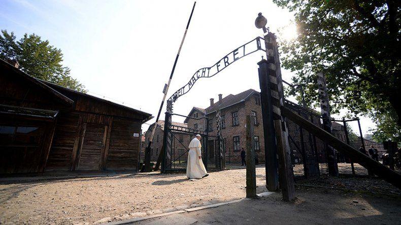 El papa Francisco entra bajo el tristemente famoso letrero de El trabajo os liberará en la entrada del campo de concentración nazi de Auschwitz en Oswiecim