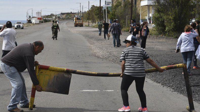Municipales huelguistas despidieron  el año cortando y brindando en la ruta
