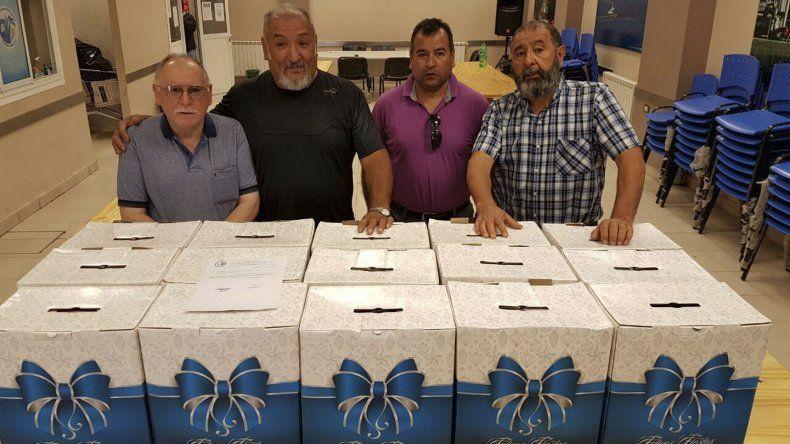 Los referentes de los pasivos pusieron su afán colaborativo quince cajas navideñas para los pacientes.