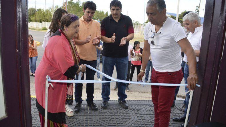 Jorge Soloaga acompañó a la propietaria de la panadería y a sus hijos a realizar el tradicional corte de cintas.