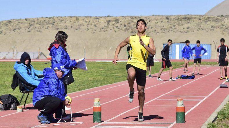 El salto en largo fue una de las variadas disciplinas que se realizaron en el circuito atlético de Kilómetro 4.