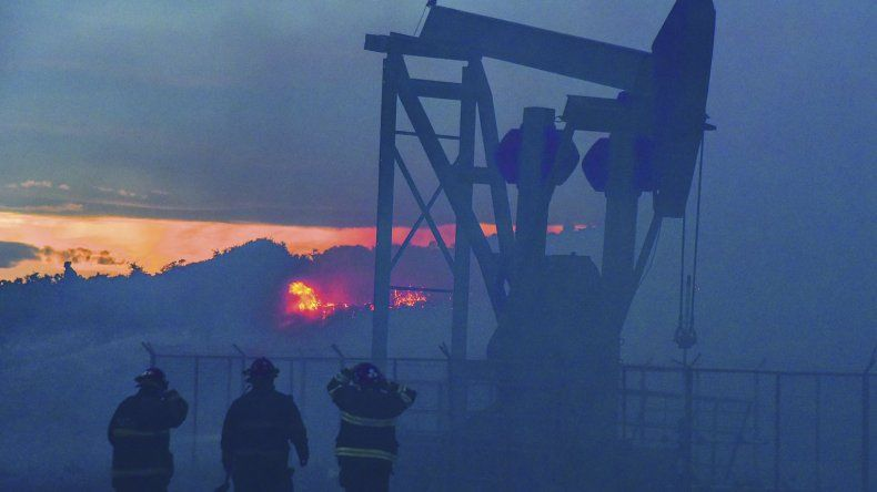 El incendio que se produjo el domingo en Laprida como consecuencia de la pirotecnia.